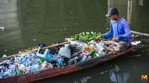 ชีวิตที่เรียบง่าย ไม่สบายแต่มีความสุขของ 'ลุงแดง' คนพายเรือเก็บขยะขาย