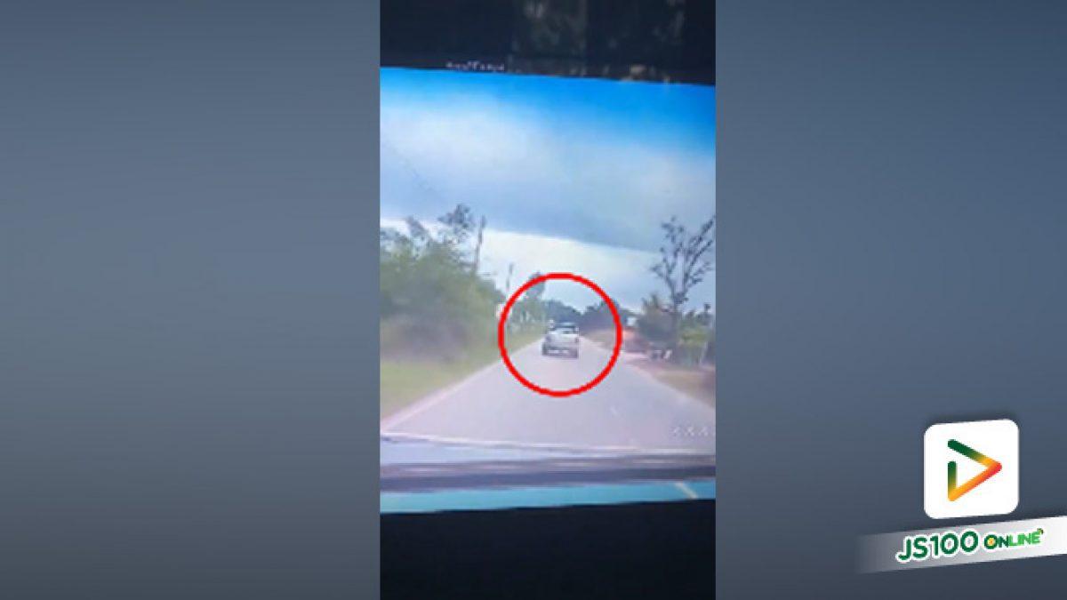 อุทาหรณ์เตือนผู้ใช้รถใช้ถนน! ก้มลงเก็บของเเค่เเป๊บเดียว ก่อนจะเกิดอุบัติเหตุขึ้นอย่างกะทันหัน (01-10-61)