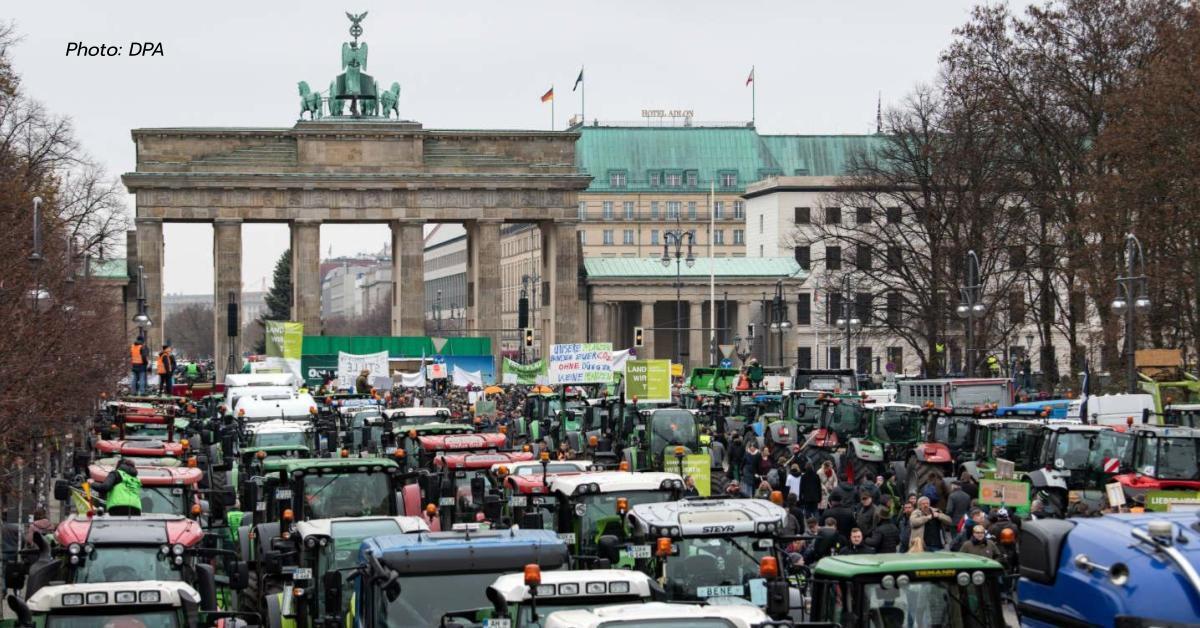 เกษตรกรเยอรมันใช้รถแทร็คเตอร์ 5 พันคันปิดถนนในเบอร์ลินประท้วงรัฐบาล