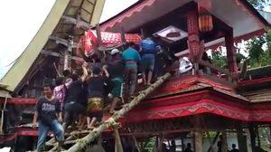 หนุ่มอินโดนีเซียถูก โลงศพ ของแม่หล่นมาทับจนเสียชีวิต ระหว่างแบกขึ้นไปทำพิธี