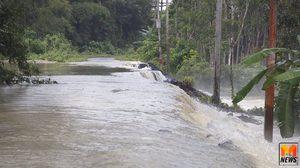 พนังกั้นน้ำแม่น้ำตรังแตกแล้ว 2 จุดมวลน้ำมหาศาลไหลทะลักเข้าท่วม
