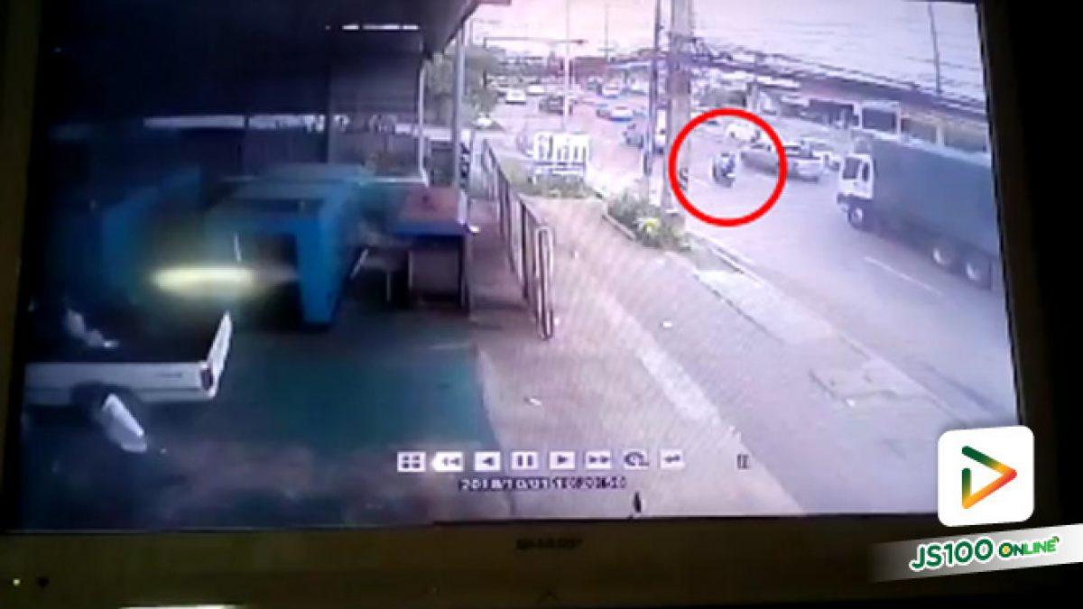 คลิปอุบัติเหตุรถบรรทุกสิบล้อเฉี่ยวชนรถจักยานยนต์แล้วหลบหนี (02-10-61)