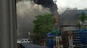 ไฟไหม้! โรงงานผลิตท่อน้ำไทย -จนท.คุมเพลิงได้แล้ว