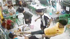 สุดโหด! แก๊งโจ๋ถือดาบบุกทำร้ายอริ ถึงในร้านข้าวมันไก่