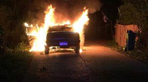 เพลิงโหมกระหน่ำลุกไหม้รถเก๋ง เจ้าของรถรีบจอด วิ่งร้องขอความช่วยเหลือ