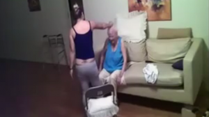 ลูกสาวแอบถ่ายคลิป คนดูแล ลอบตบตีแม่เฒ่าความจำเสื่อมวัย 94 ปี