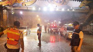 ลุยเอง! นายอำเภอบางละมุง นำทีมฝ่าพายุฝน ช่วยเหลือชาวบ้านน้ำท่วม