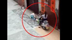 สาวโหด ขี่มอเตอร์ไซค์ ไล่เหยียบขาเด็ก ทั้งๆ ที่อีกคนพยายามลากหนี