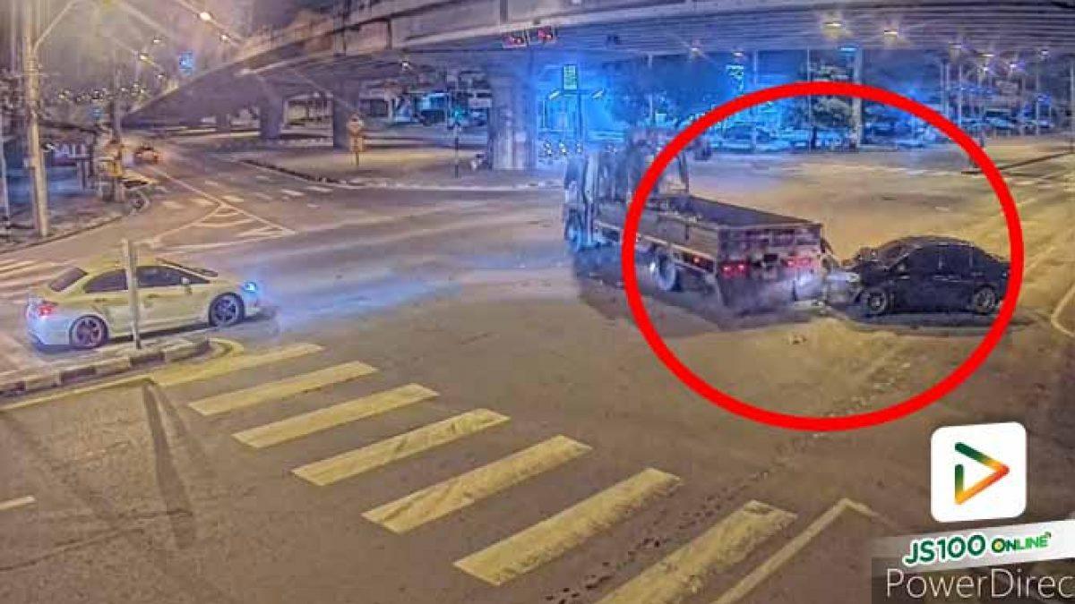 เก๋งฝ่าไฟแดงพุ่งชนรถบรรทุกกลางแยก บาดเจ็บ 1 คน