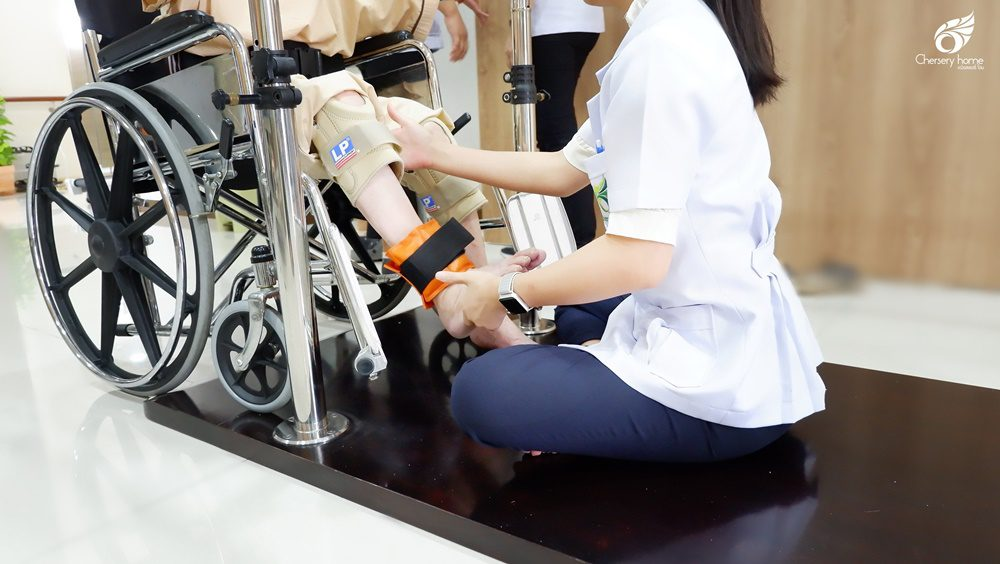 เราเน้นเสริมสร้างสุขภาพให้แก่ผู้สูงวัยด้วยการกายภาพบำบัดและกิจกรรมบำบัด