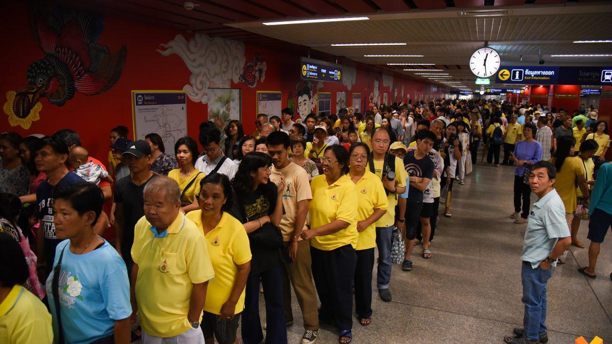 ประชาชนแห่นั่งฟรี !! รถไฟฟ้าสายสีน้ำเงิน สถานีวัดมังกรแน่นสุด