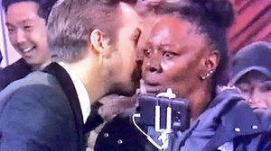 ชาวทวิตเตอร์ตอบให้! ไรอัน กอสลิง กระซิบว่าอะไร? ใส่หูหญิงสาวในงานประกาศผลรางวัลออสการ์