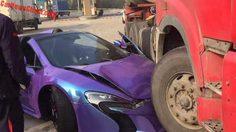 สายมุดอย่างแท้จริง เมื่อ McLaren 650S Spider ไปมุดอยู่ใต้ถังน้ำมันรถบรรทุก
