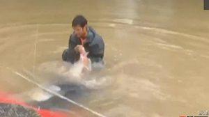 นาทีระทึก! ชายมะกันใจกล้าเสี่ยงชีวิตช่วยหญิงและสุนัขติดอยู่ในรถที่จมน้ำ