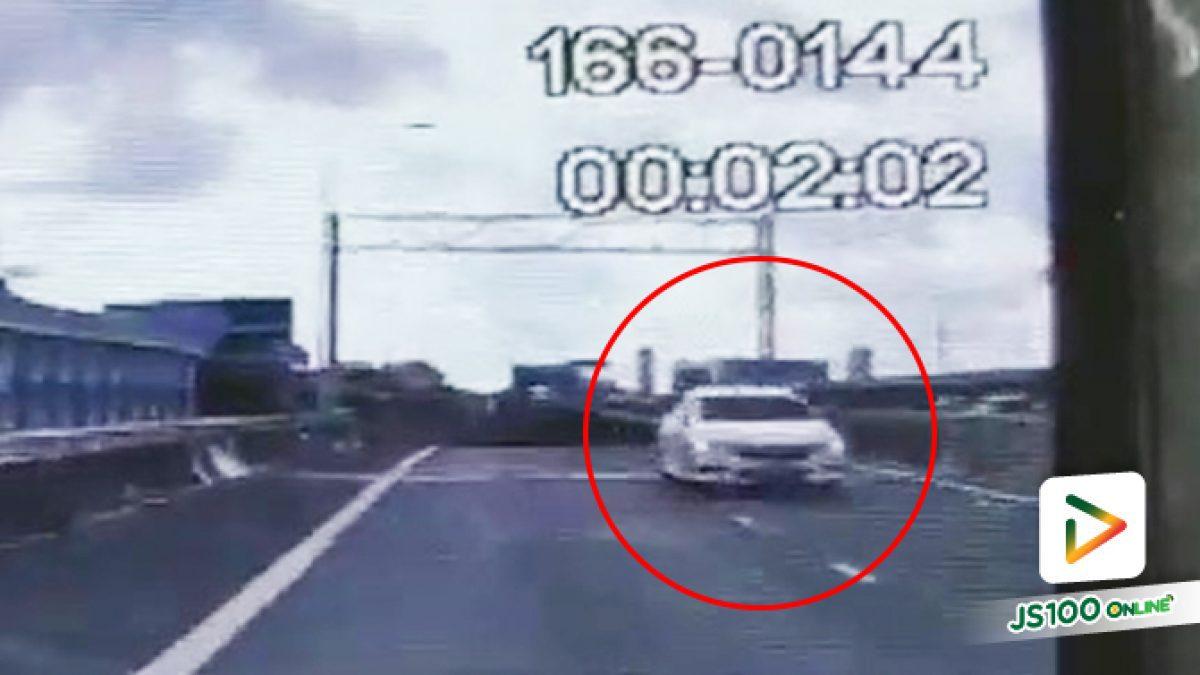 รถเก๋งฮอนด้าสีขาววิ่งย้อนทางขึ้นมาบนทางด่วนจากถนนศรีนครินทร์