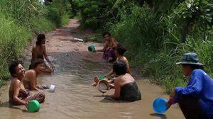 สุดทน! สาวขอนแก่นอาบน้ำกลางหลุมบ่อถนนเข้าหมู่บ้าน