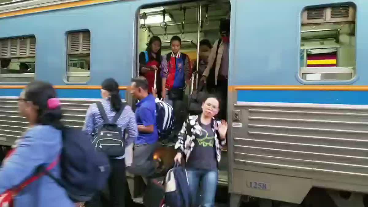 ประชาชนทยอยเดินทางกลับกรุง รฟท.เพิ่มขบวน รองรับผู้โดยสารตกค้าง