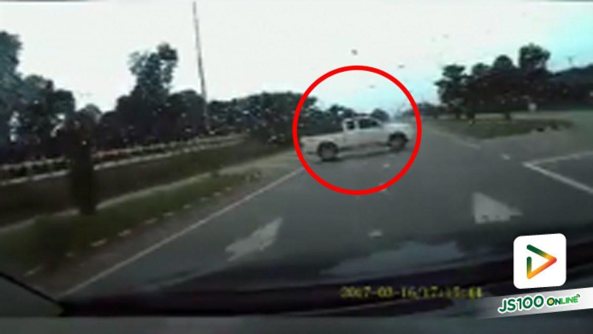 คลิปอุบัติเหตุรถกระบะขาวลักไก่กลับรถ รถที่ติดกล้องเบรคไม่ทันชนเข้ากลางลำ (14-11-61)