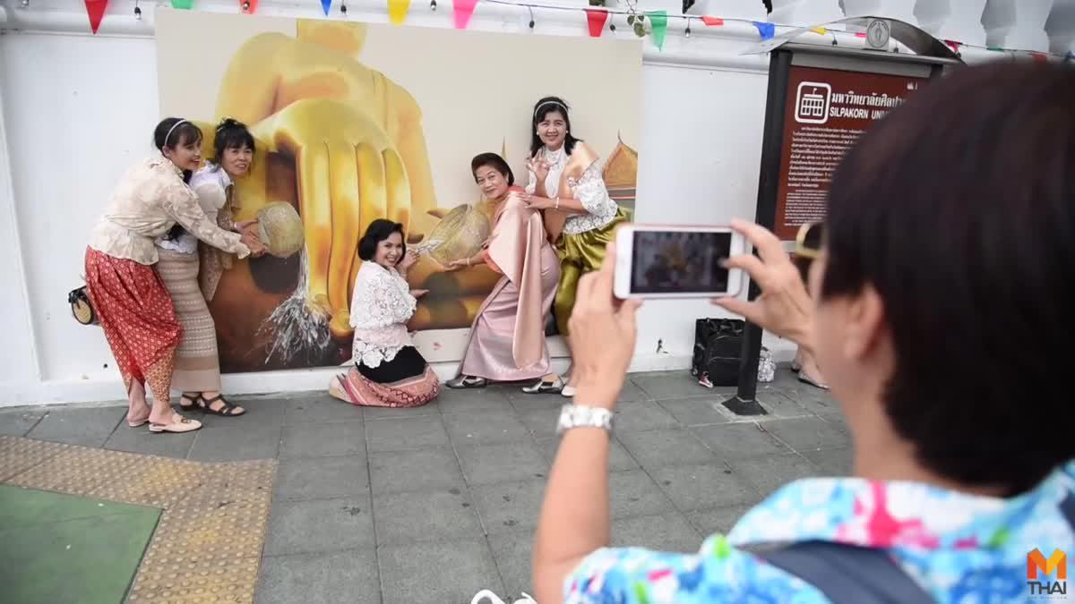 แฟนละครร่วมแต่งชุดไทย ถ่ายรูปกับภาพ 3D 'แม่หญิงการะเกด-พ่อหมื่นเดช'
