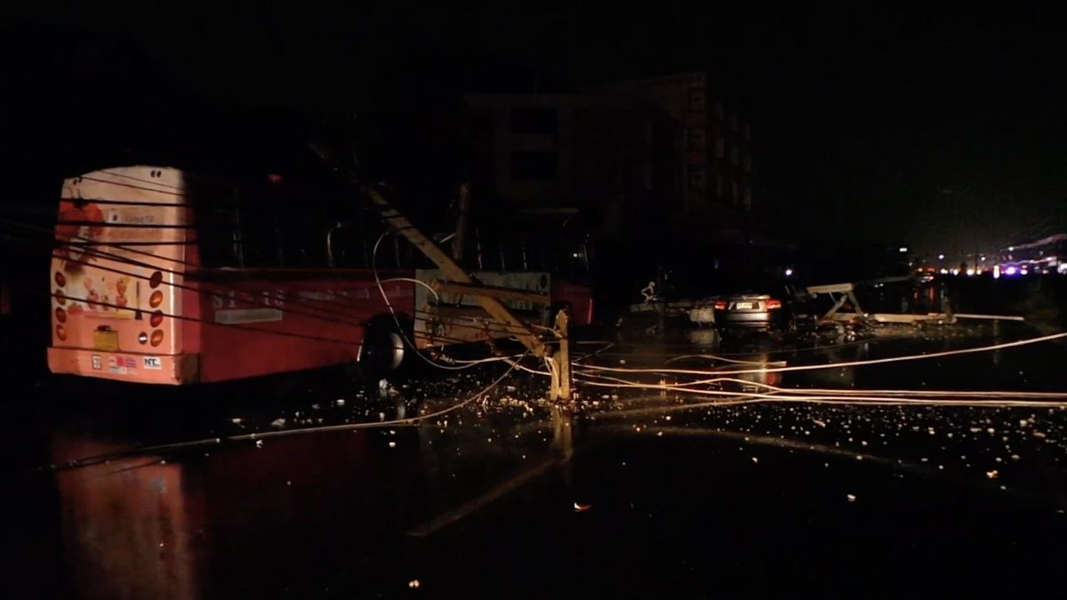 พายุพัดเสาไฟล้มทับรถ 17 คัน จ.นครปฐม