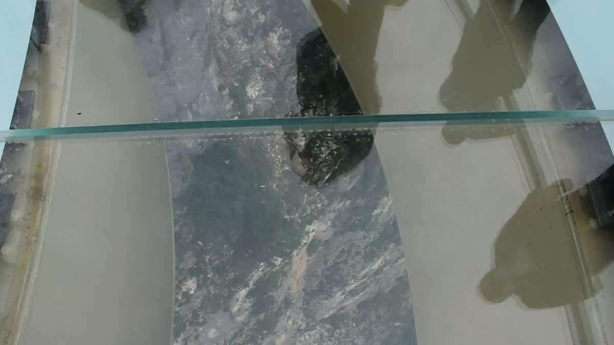 สะพานกระจกรูปเกือกม้าที่ยาวที่สุดในโลก