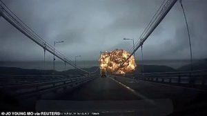 เรือบรรทุกน้ำมันระเบิด ที่เกาหลีใต้ ทำลูกไฟมหึมา ลอยขึ้นท้องฟ้า