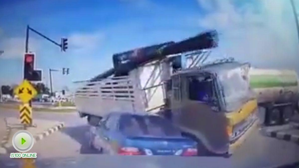 คลิปนาทีสุดหวาดเสียว รถบรรทุกเหล็ก ชนรถบรรทุกก๊าซและเก๋ง สี่แยกทับมา (12-01-61)