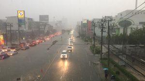 ฝนถล่มกรุง!! น้ำรอการระบายหลายจุด การจราจรติดขัด