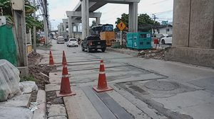 เตือนคนเดินถนนระวัง! หลังมีคนถูกแผ่นปูนปูถนนระหว่างก่อสร้างทับ ขณะเดินผ่าน