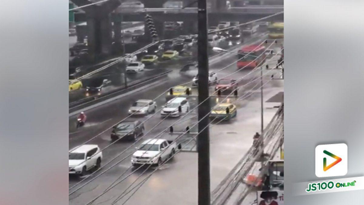 ถนนพหลโยธิน ช่วงอนุสรณ์สถาน เซียร์รังสิต น้ำท่วมขังรถเล็กควรเลี่ยงเส้นทาง (30-03-61)
