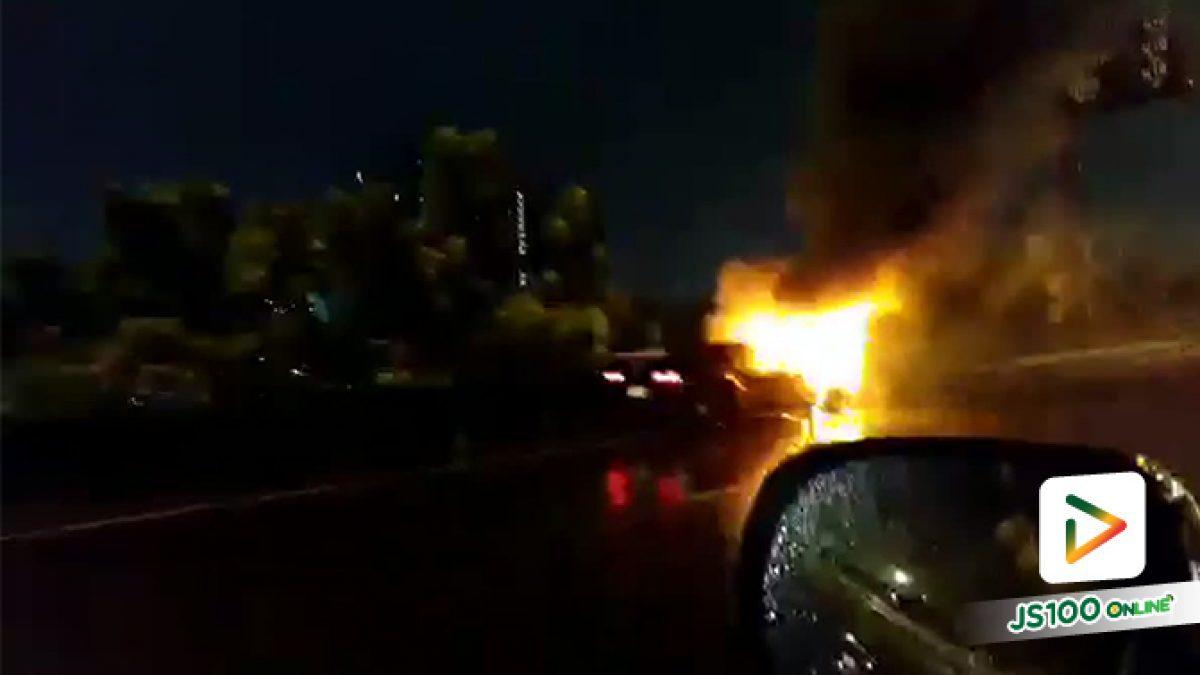 น้ำตาร่วง! ไฟไหม้ 'มัสเซิลคาร์' Chevrolet Corvette บนทางพิเศษฉลองรัช การจราจรติดขัดยาว