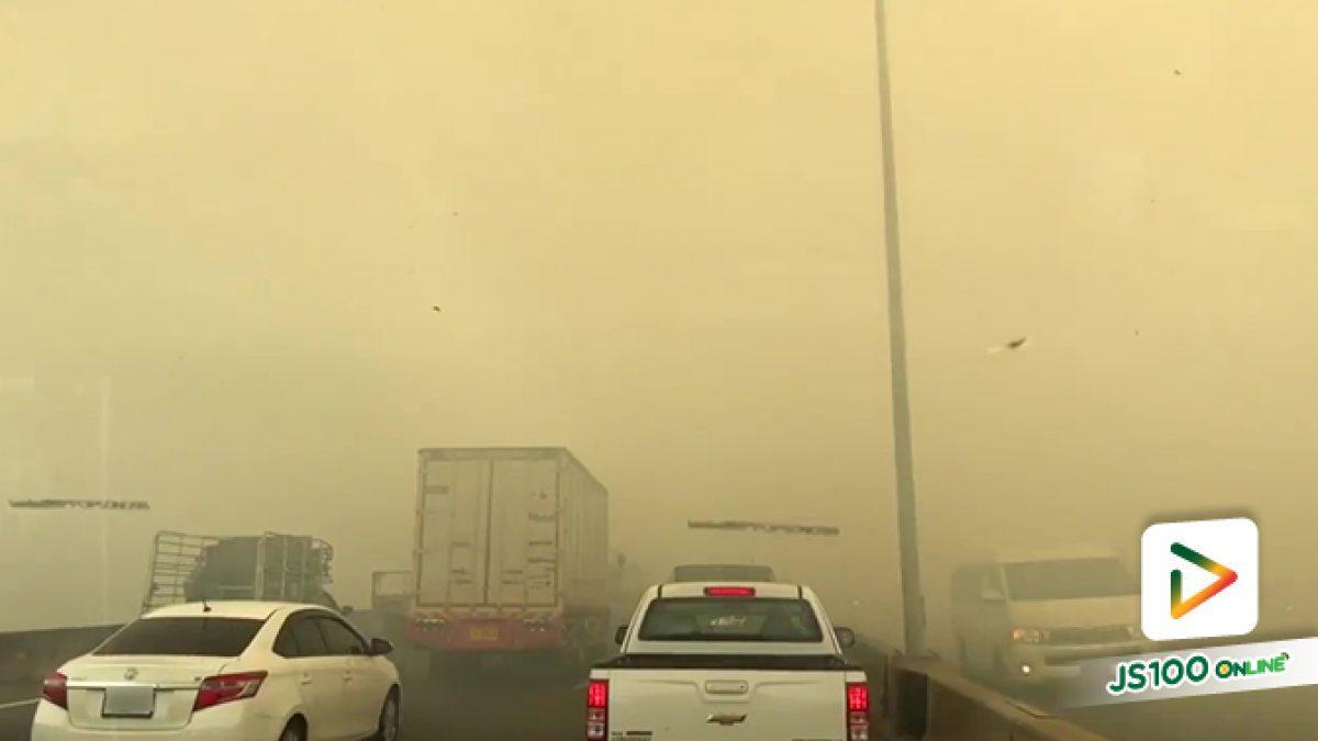 ไฟไหม้หญ้าข้างทาง ริมถนนเทพรัตน ควันลอยฟุ้งขึ้นมาบนทางด่วนบูรพาวิถี