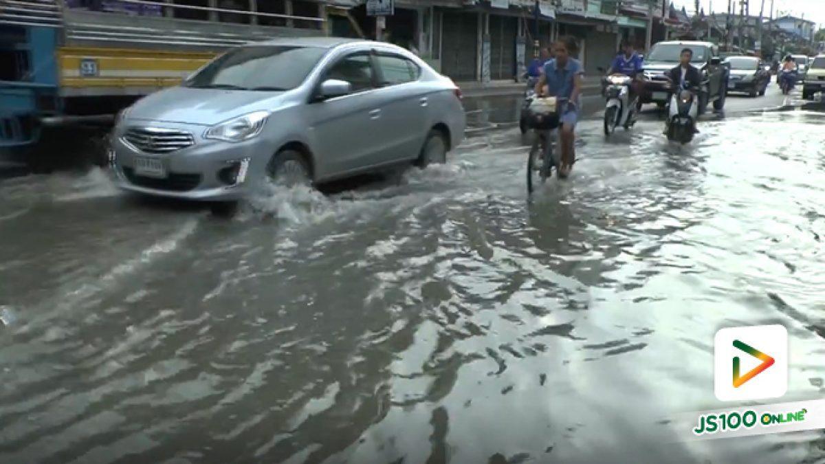 น้ำเริ่มเอ่อล้นตลิ่ง เข้าท่วมถนนหลายสายในเขตเทศบาลเมืองเพชรบุรี