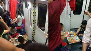 แบบนี้ก็ได้หรอ? ผู้โดยสารตั้งวงกินอาหารกลางรถไฟใต้ดิน เผยเหตุผลชวนอึ้ง !