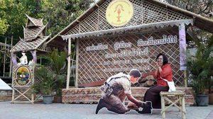 สาว ๆ รู้ยัง รูปโอปป้า 'ซงจุงกิ' นั่งผูกเชือกรองเท้าให้ถ่ายเล่นที่ไทยก็มี !