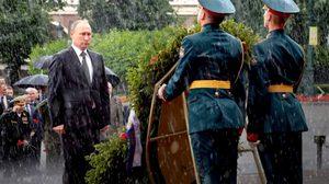 สุดสตรอง! ปูติน ทำพิธีวางมาลาทหารกล้า ท่ามกลางสายฝน