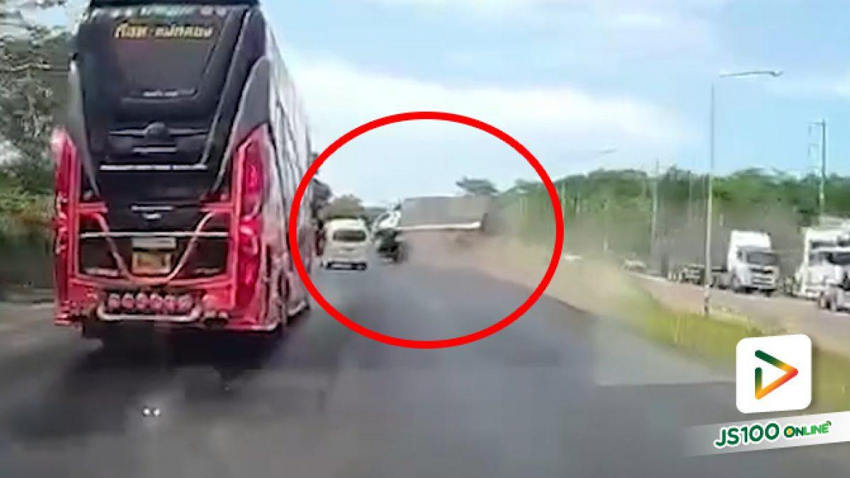 รถบรรทุกหลับในตกขอบถนน คนขับรีบหักกลับหมุนเสียหลักพลิกตะแคง