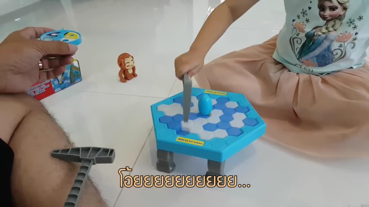 ลูก...พ่อ   จินกับพ่อเล่นเกมส์ทุบน้ำแข็งเพนกวินสะเทือน