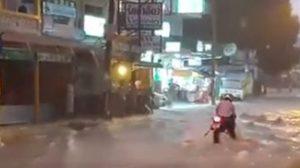 ระทึก! รถจยย. ติดน้ำไหลเชี่ยวบนถนนพัทยา-กทม.ฝนถล่มหนัก น้ำท่วมขังหลายจุด