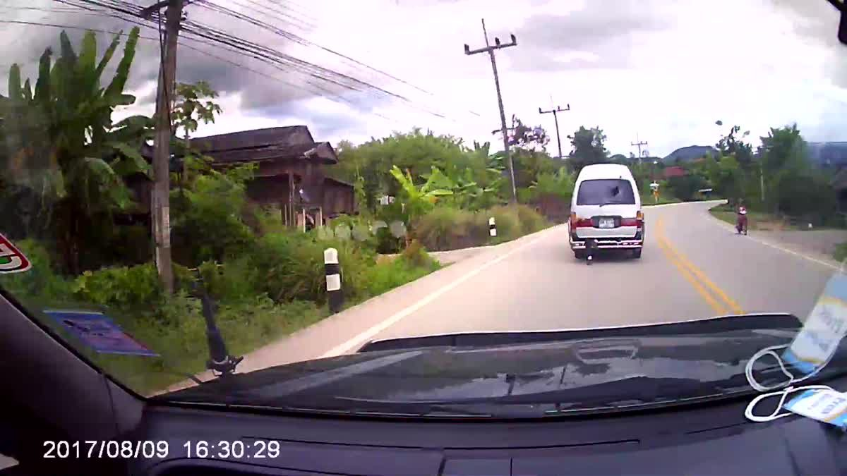 เสี่ยงตาย! รถตู้รับส่งนักเรียน ปล่อยให้เด็กเปิดประตูท้าย นั่งห้อยขา
