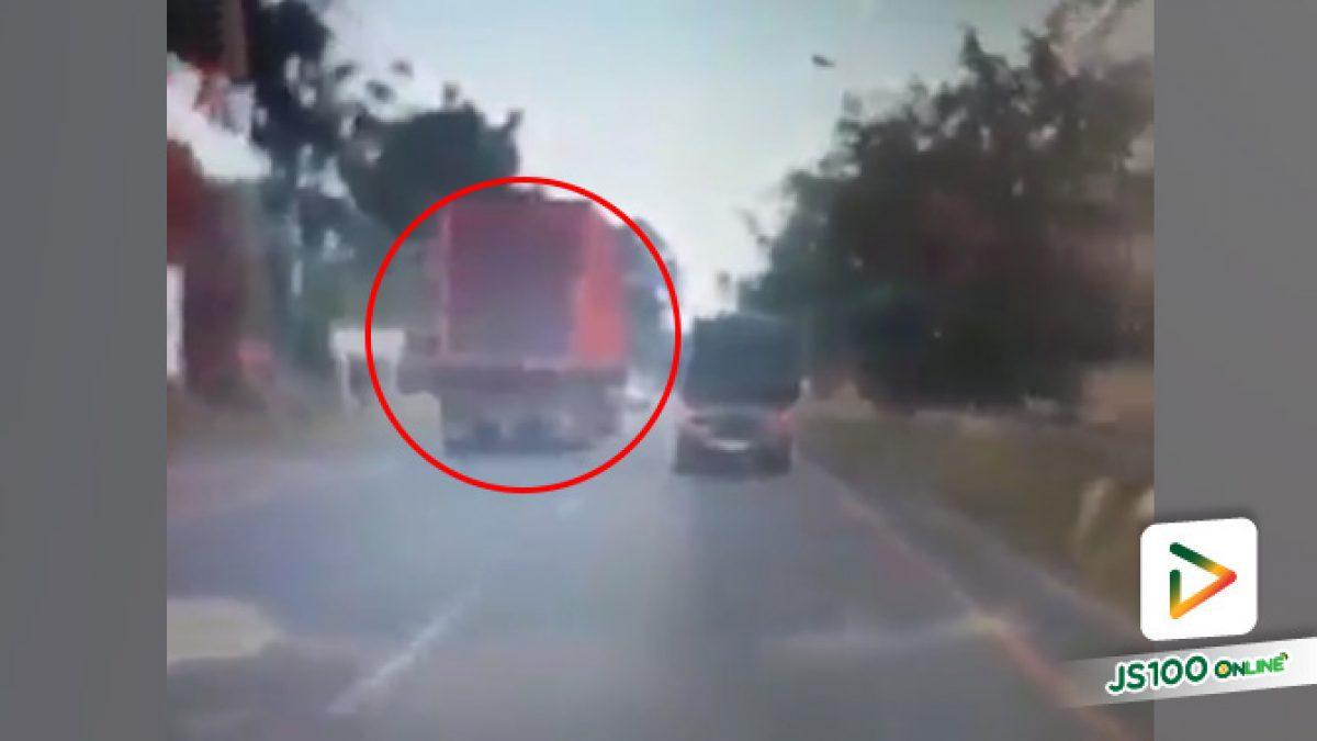 เตือน!! อย่าขับขี่ใกล้รถใหญ่นานๆ หากเลี่ยงได้โปรดเลี่ยง ไม่งั้นอาจเกิดอุบัติเหตุได้ (18-10-61)