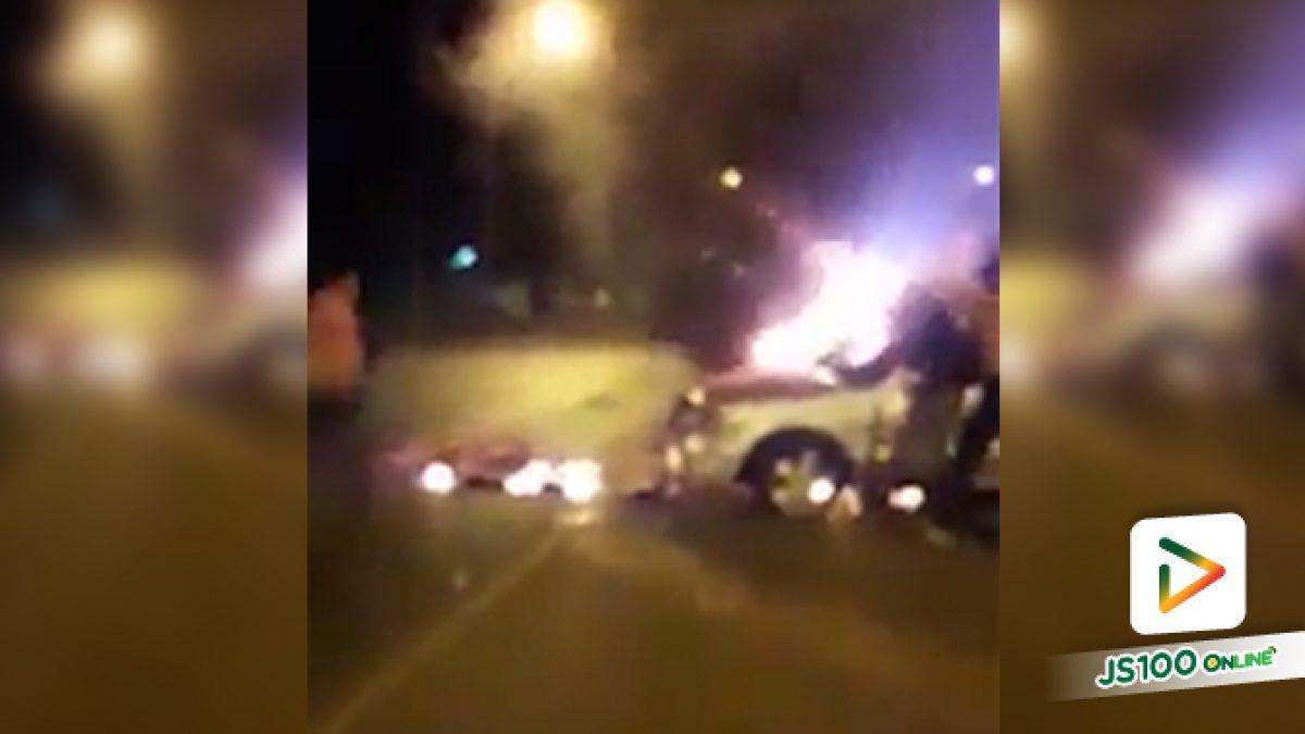 เก๋งตัดหน้ารถจยย. พุ่งชนอย่างจัง ไฟลุกท่วม เสียชีวิต 2 คน