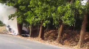 รถเก๋งแหกด่านตำรวจทางหลวง เสียหลักชนต้นไม้ไฟลุกท่วม