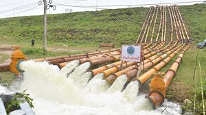 กรมชลฯเร่งผลักดันน้ำในแม่น้ำเพชรบุรี รับมือน้ำจากเขื่อนแก่งกระจาน