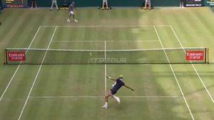 โชว์ทักษะลูกหนัง! แปร์ โยนแร็กเก็ตชวน ซองก้า ใช้เท้าเล่นเทนนิสระหว่างแมตช์ (คลิป)