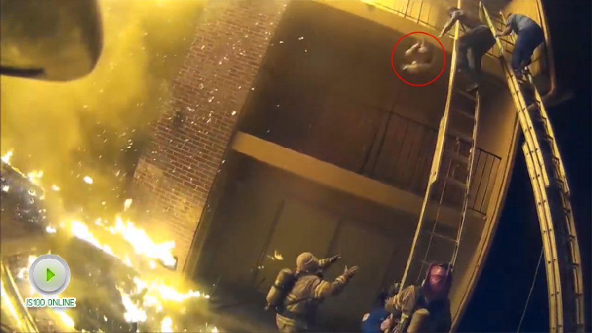 """ภาพนาทีระทึก """"พนักงานดับเพลิงคว้าตัวเด็ก""""  จากอาคารที่ไฟไหม้ (15-01-61)"""