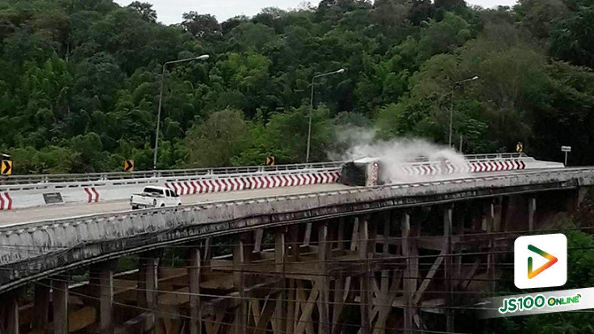 รถบรรทุกพลิกตะแคง บนสะพานห้วยตอง ทล.12(น้ำดุก - ห้วยซำมะคาว) อ.หล่มสัก จ.เพชรบูรณ์
