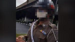 คลิปตำรวจจับชายหนุ่มใส่กุญแจมือ หลังถูกซักถามทำไม ? ต้องยึดใบขับขี่