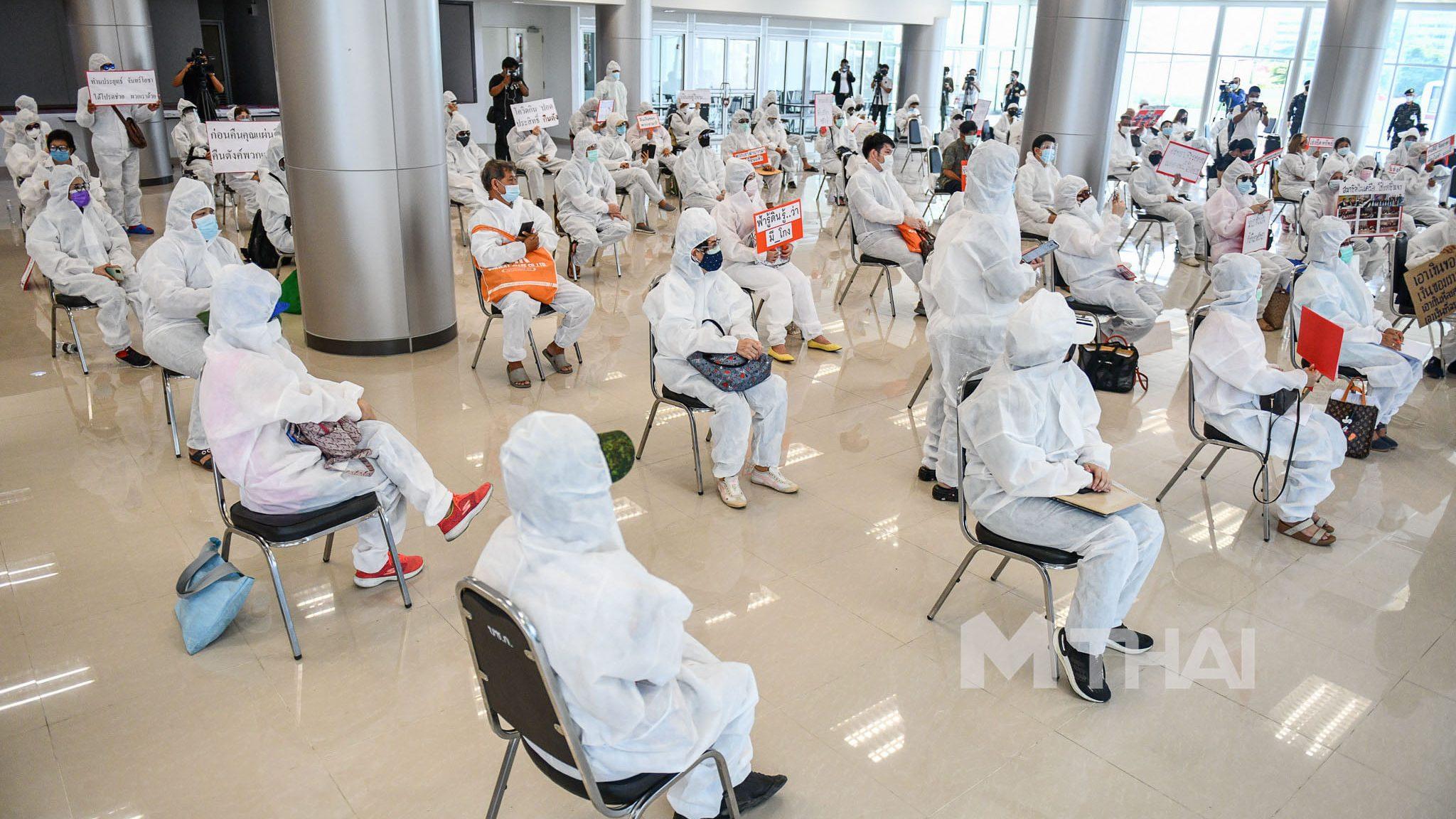 """กลุ่มผู้เสียหายคดี """"ประสิทธิ์ เจียวก๊ก"""" สวมชุด PPE ร้องให้ติดตามอายัดทรัพย์ผู้ต้องหา"""