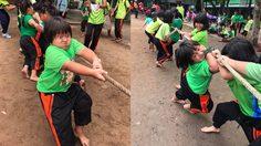 เด็กแข่งชักกะเย่อ ตัวเต็งสีเขียวดูจากสีหน้ามุ่งมั่น ก็ชนะเลิศ!